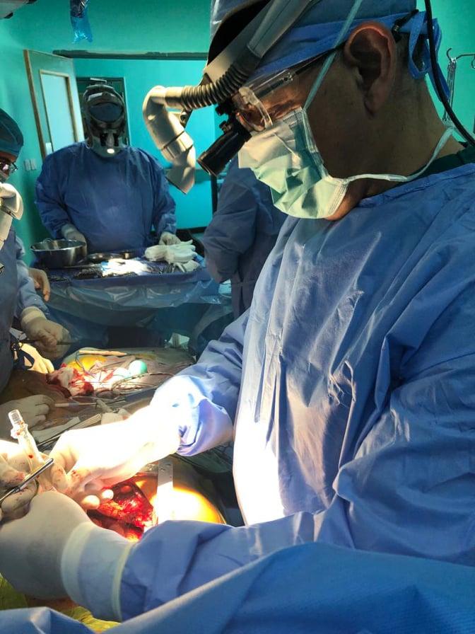 جو24 سعد جابر يجري عملية قلب مفتوح لمريض في مستشفى حمزة صور