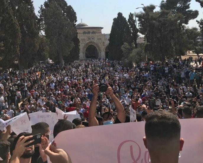 قمع آلاف من المصلين في الأقصى(صور )