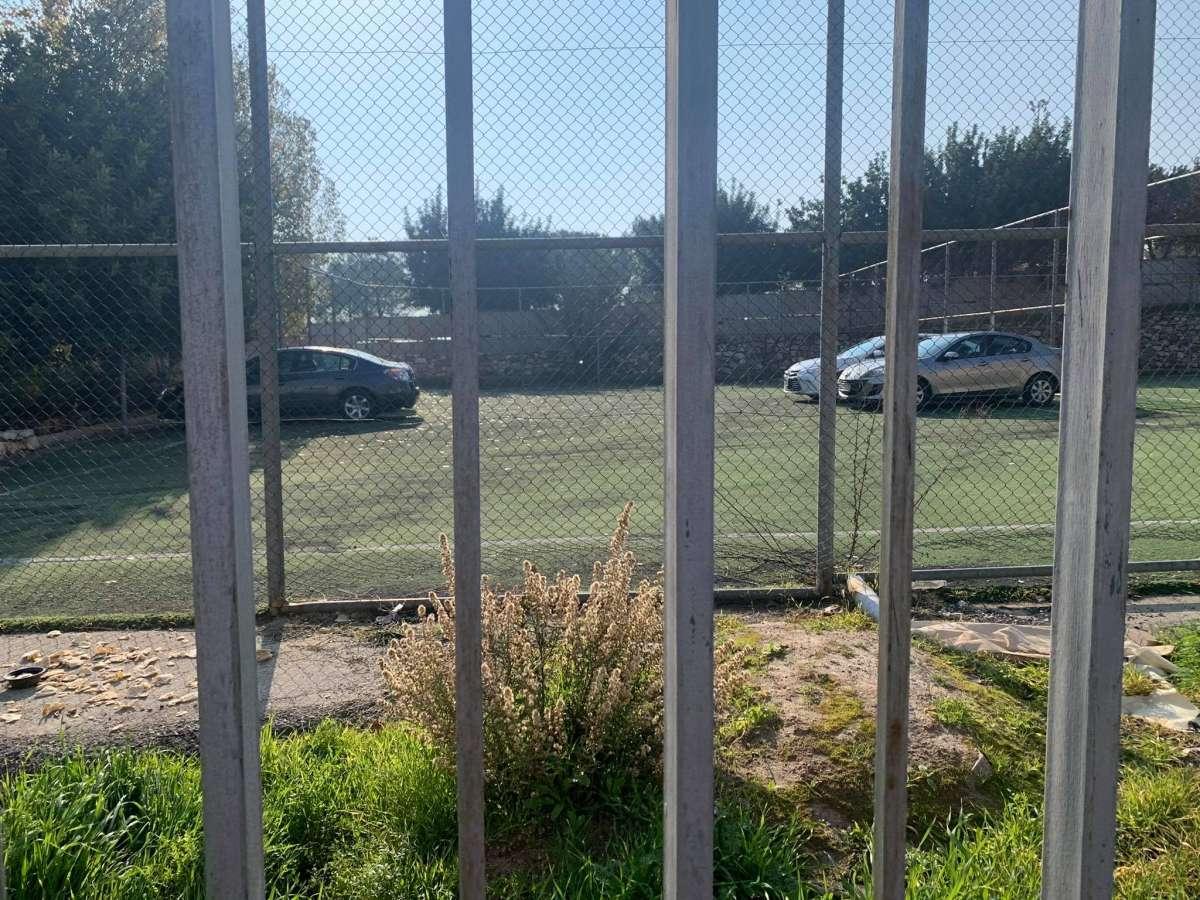 تحويل ملعب بمحيط حدائق الحسين الى كراج للسيارات .. والامانة:لا علاقة لنا بالامر