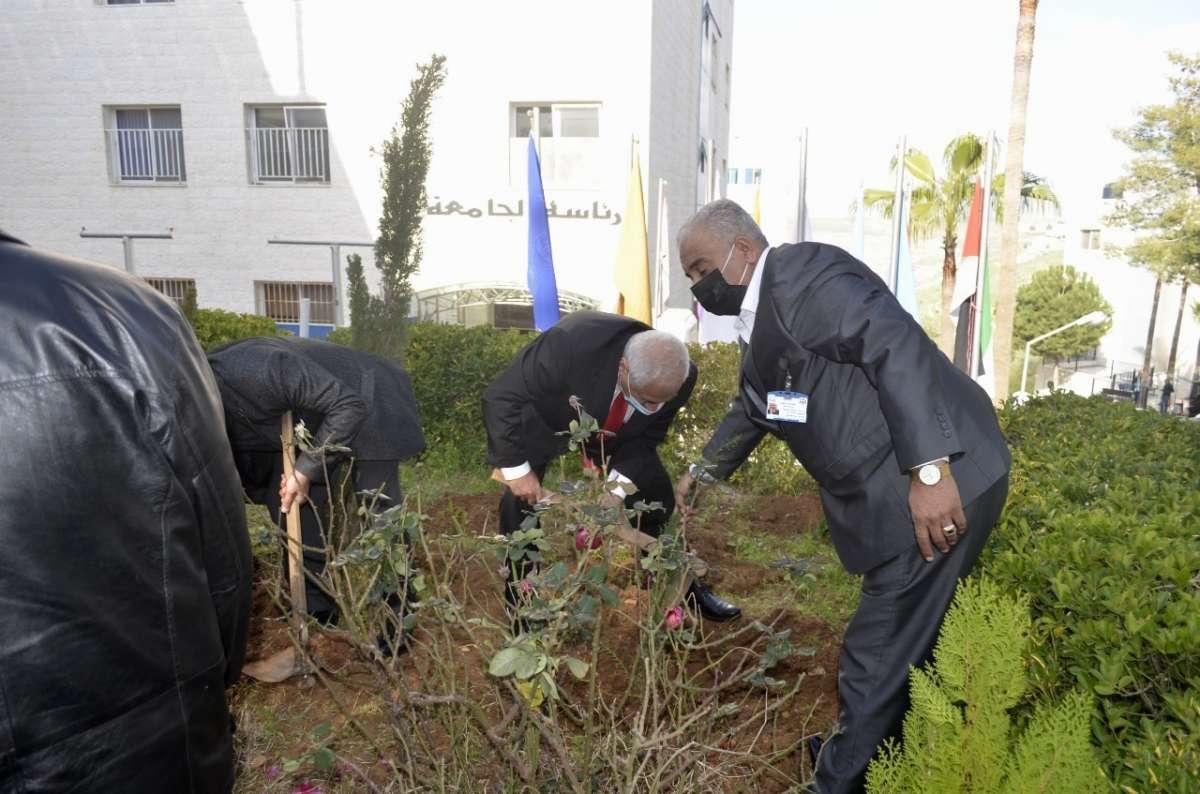 ضمن احتفالاتها بمئوية تأسيس الدولة الأردنية وبيوم الشجرة... عمان الاهلية تنظم حملة لزراعة الأشجار برعاية وزير الزراعة