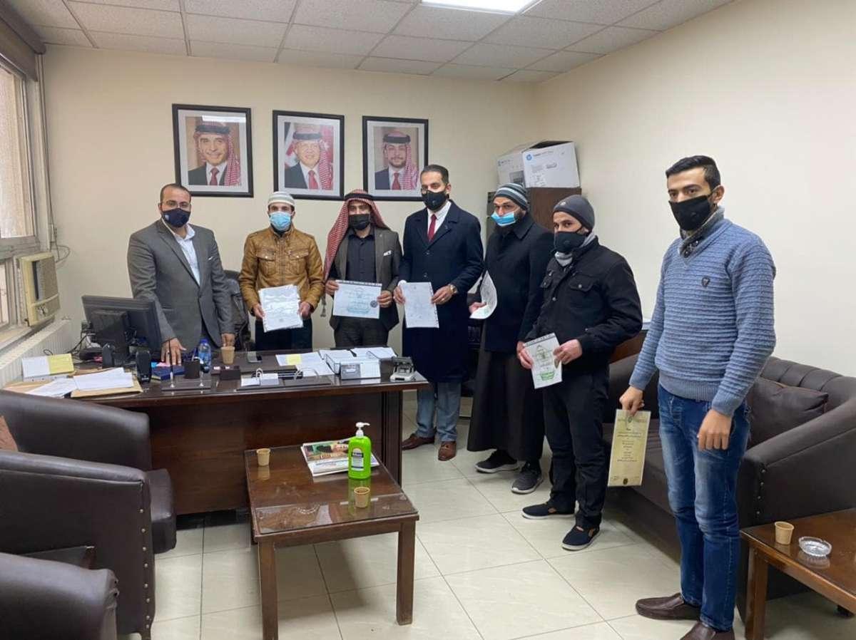 خريجو الشريعة يسلمون شهاداتهم لمجلس النواب احتجاجا على تجميد توظيفهم - صور