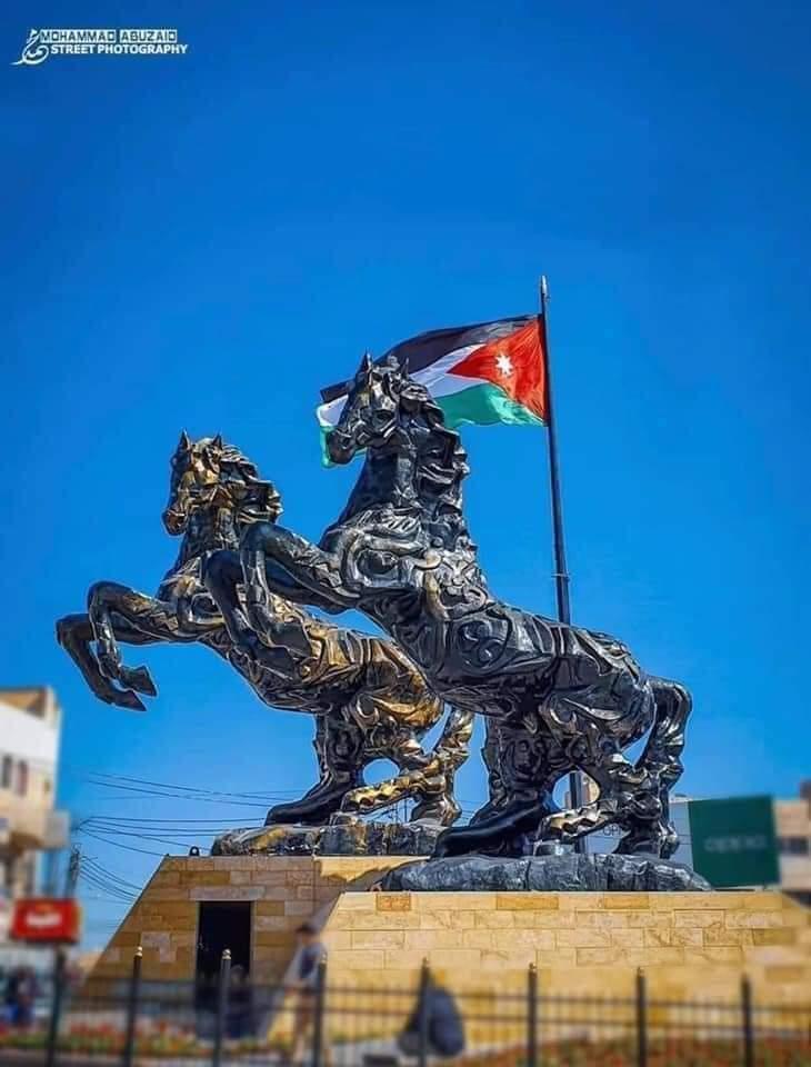 الأكبر على مستوى المنطقة.. مجسم لحصانين يزين دوار الشهيد في سحاب بمناسبة مئوية الدولة