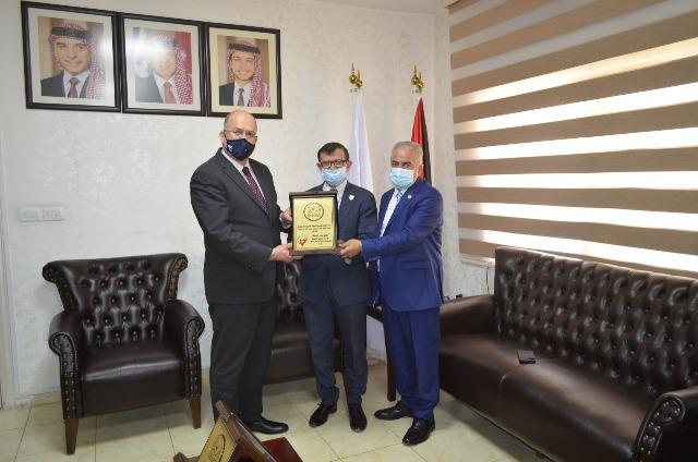 عمان الأهية تتسلم شهادات ضمان الجودة لكليات الحقوق والصيدلة وتقنية المعلومات - صور
