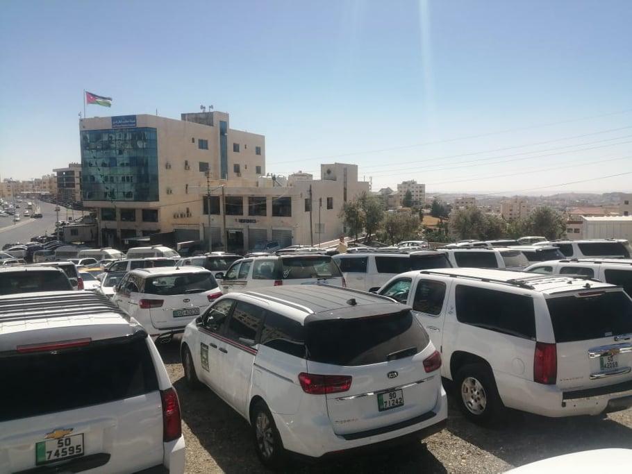 اعتصام حاشد لسائقي النقليات الخارجية امام هيئة النقل - صور