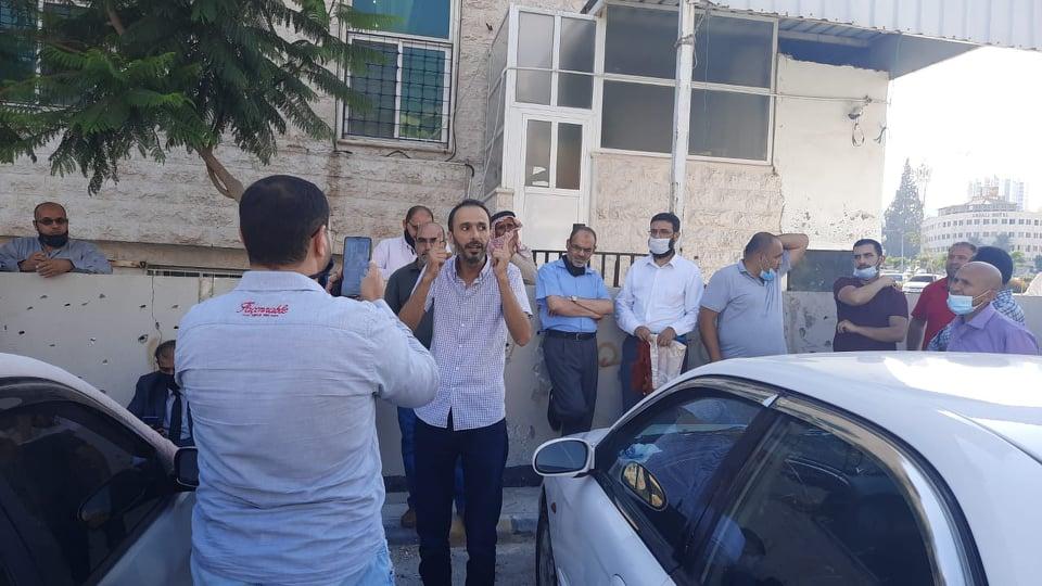 المعلمون يسلمون انفسهم طوعا للامن بعد اعتقال زملائهم في العبدلي - صور