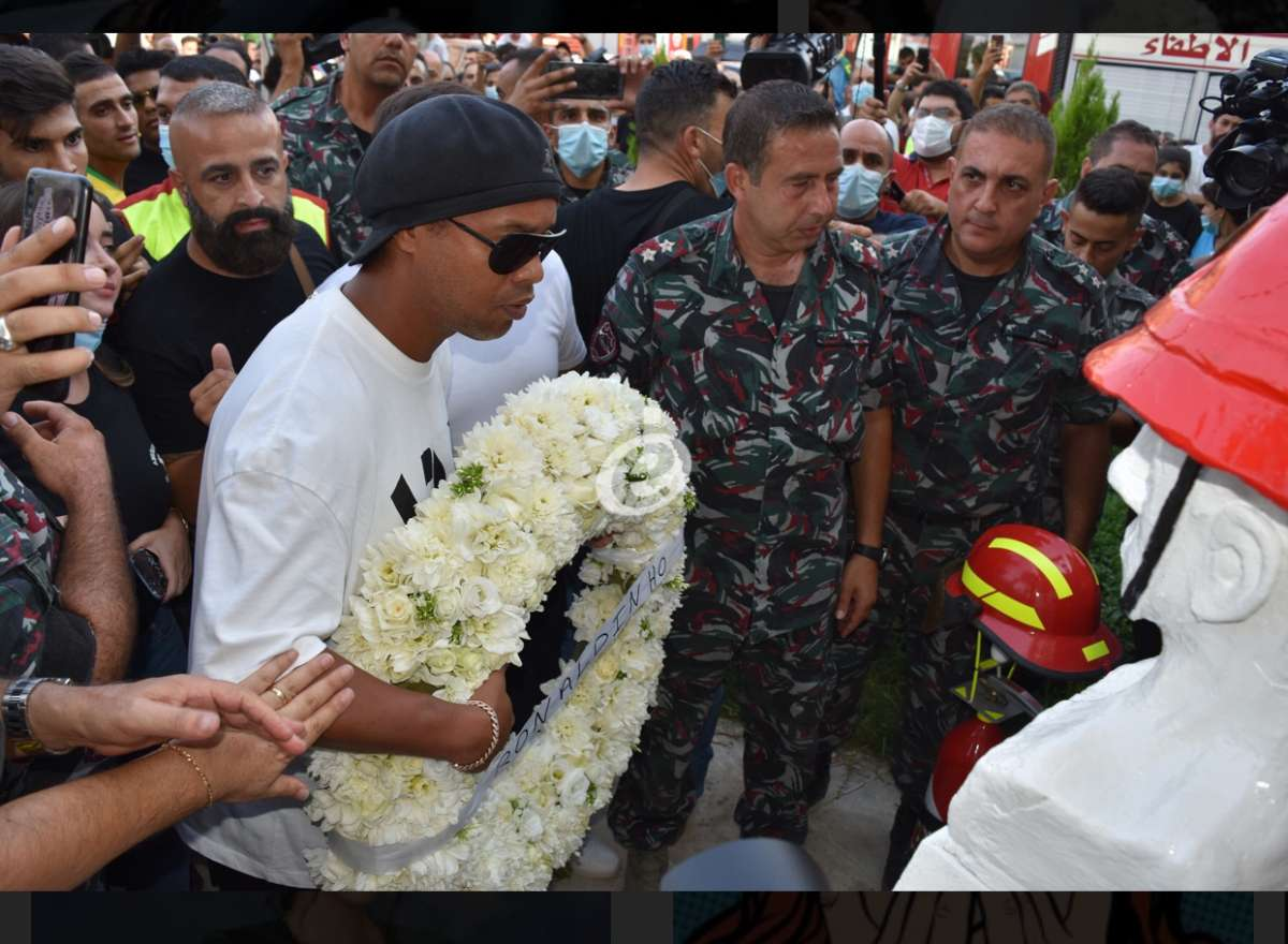 بالصور - رونالدينو بزيارة تضامنية لمركز فوج إطفاء بيروت